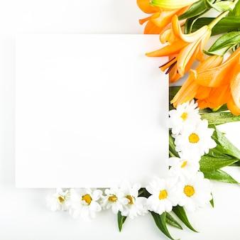 紙のシートの近くの花と葉