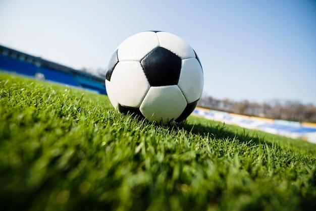 空の背景にサッカーボール
