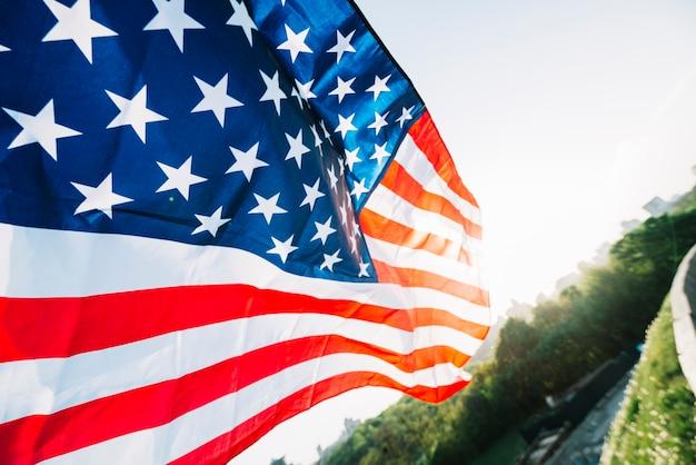 道路と日差しのあるアメリカの旗