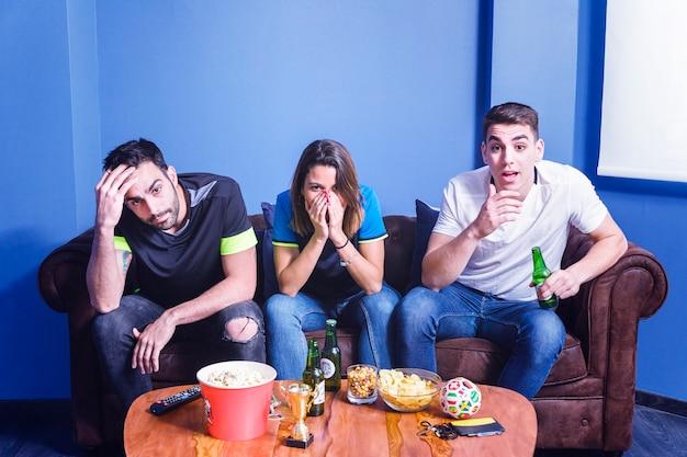 Нервные друзья смотрят футбол