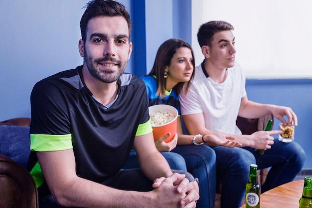 Друзья смотрят футбол