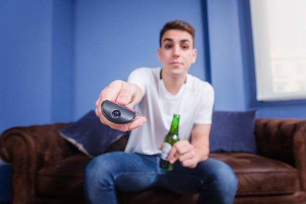 Футбольный болельщик с пивом на диване
