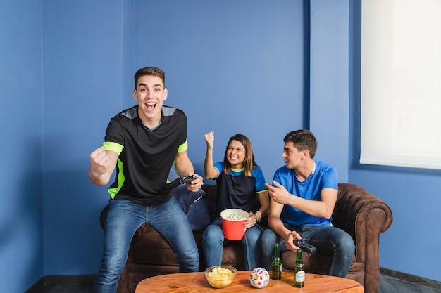 リビングルームで祝うサッカーファン