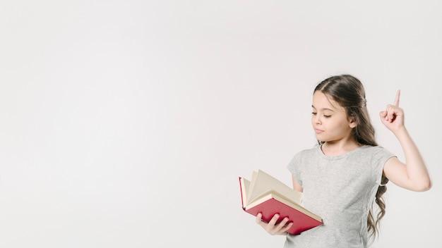 Девушка читает и поднимает палец в студии