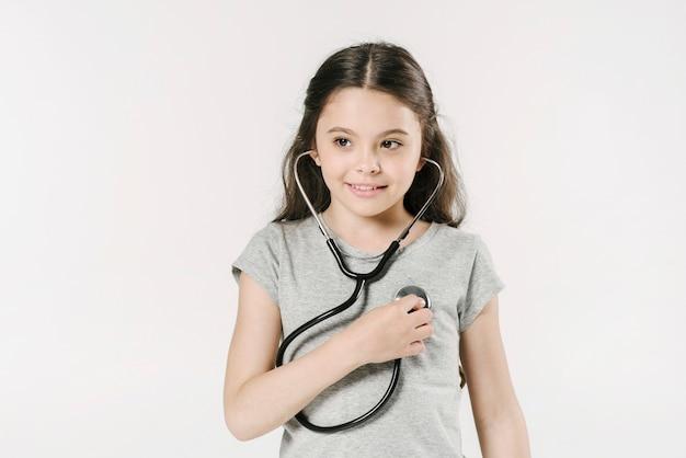 Девушка слушает со стетоскопом в студии