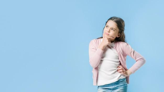 Девушка стоит и думает в студии