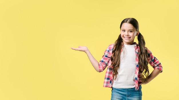 女の子、スタジオの横に手を立てて