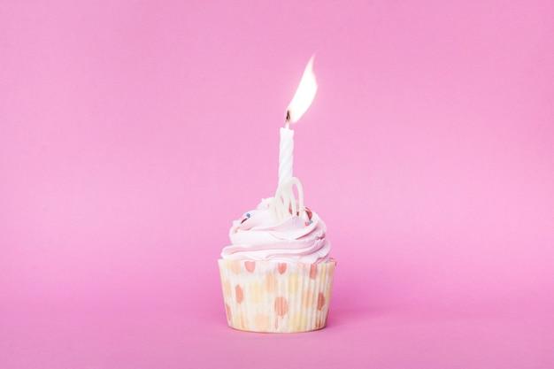 キャンドル付きの小さなカップケーキ