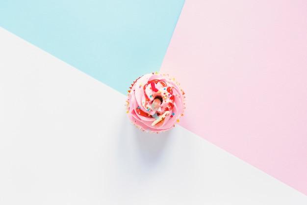 カラフルな背景にカップケーキ