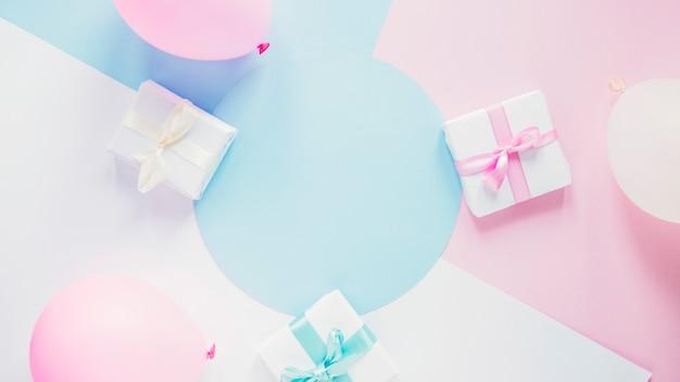 Подарки и воздушные шары на цветном фоне