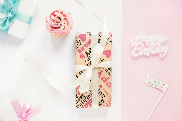 カップケーキとプレゼントの周りのパーティー用品