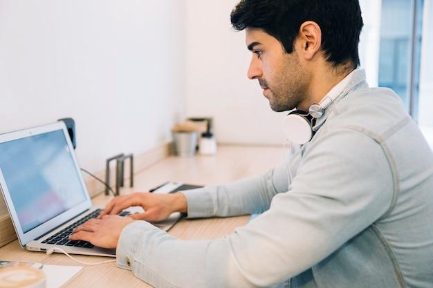 コンピュータで働く男