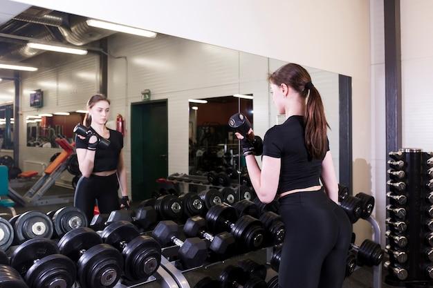 若い、女、運動、ダンベル、フィットネスセンター