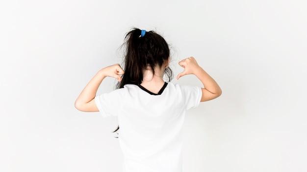 彼女の背中を指している少女とサッカーのコンセプト