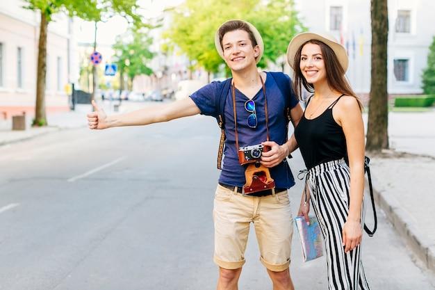 Пара в отпуске, ожидающая такси