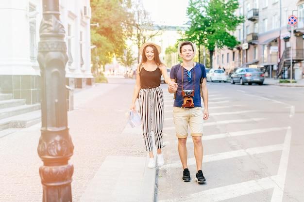 Молодая пара в отпуске в городе