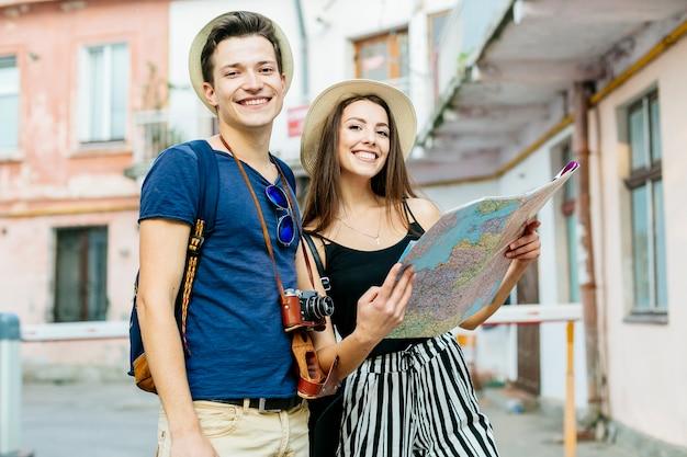 地図で都市で休暇をするカップル
