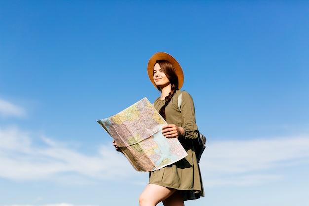 晴れた空の背景の地図で観光客