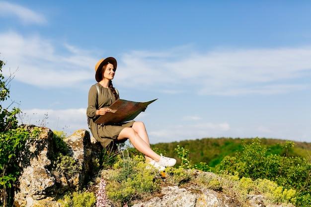 Турист в холмистой местности