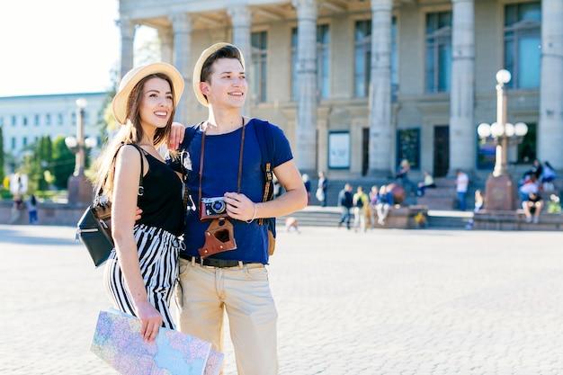 都市を訪れる観光客カップル