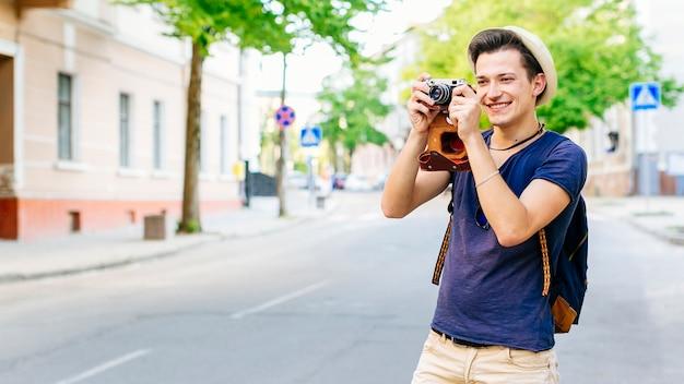 街で写真を撮っている観光客