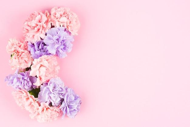 ピンクの背景にかわいい花のレイアウト