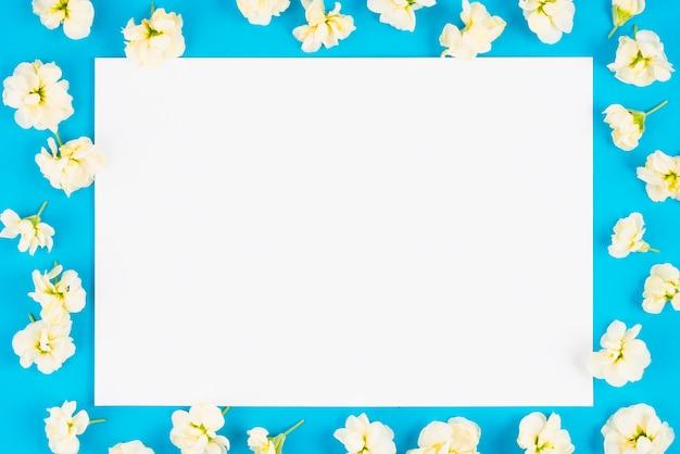 花のある明るい背景のペーパーリスト