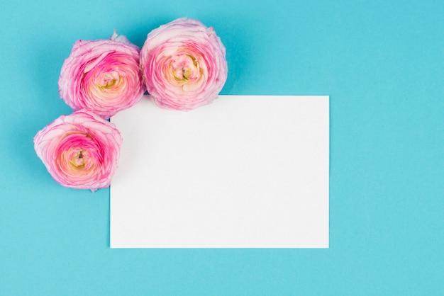 角に花がある紙のリスト