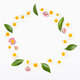 Круглая цветочная гирлянда с листьями