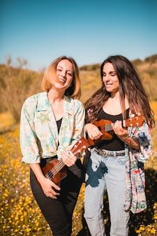 Стильные женщины с гавайской гитарой