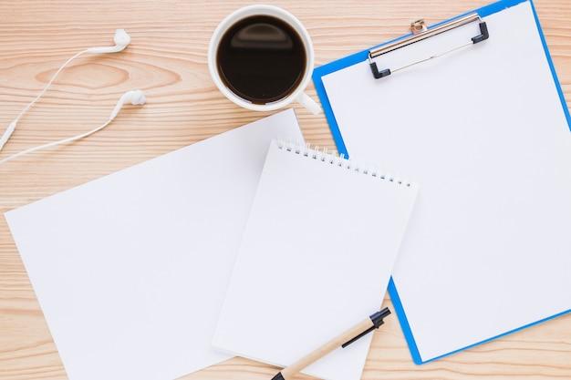 Рабочее пространство с бумагами и кофе