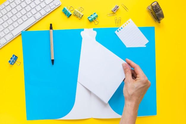 Ручная съемка бумаги из папки на рабочем столе