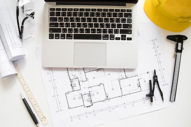 Ноутбук рядом с проектами и инструментами