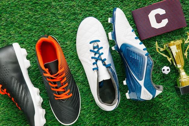 靴と草の上にサッカーの背景