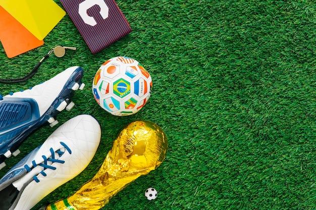 様々な要素が左にあるサッカーの背景