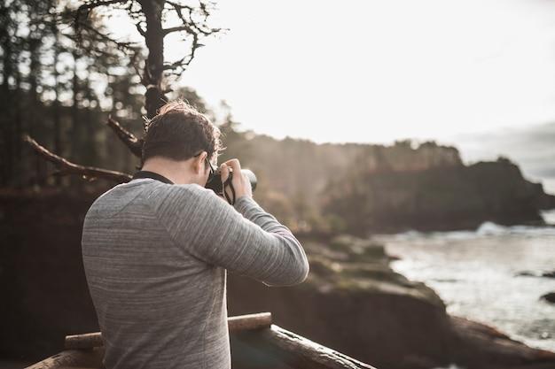 自然の写真を撮る男
