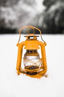 雪の上のオイルランプ
