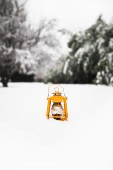 雪の上に黄色のランタン