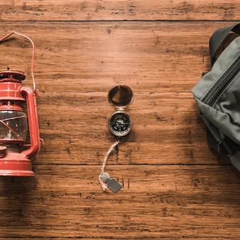 Компас между фонарем и рюкзаком