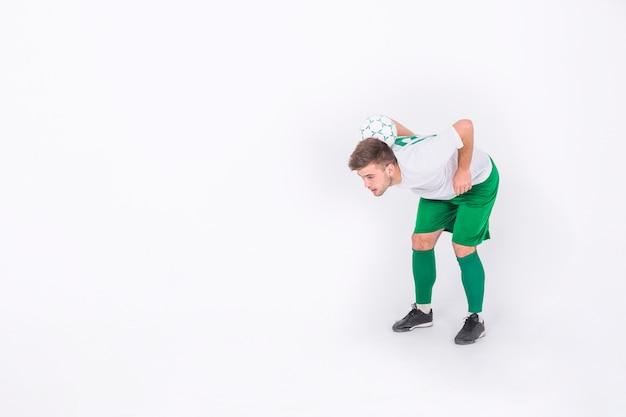 トリックをしているサッカー選手