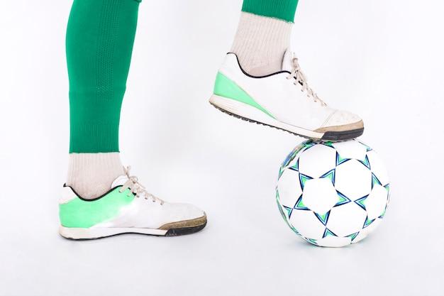 ボールとサッカー選手の足のクローズアップ
