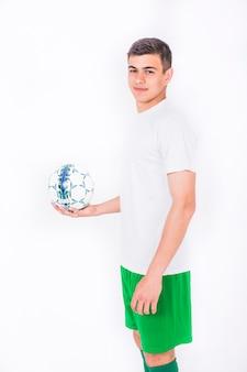 開いた手でボールを保持しているサッカー選手