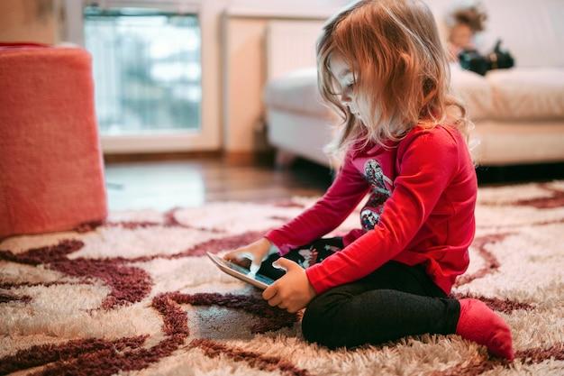 女の子、遊び、タブレット、ゲーム、床