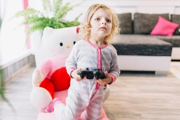 Девушка внимательно следит за видеоиграми