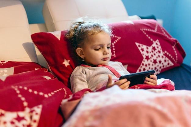 女の子、スマートフォン、ベッド、リラックス