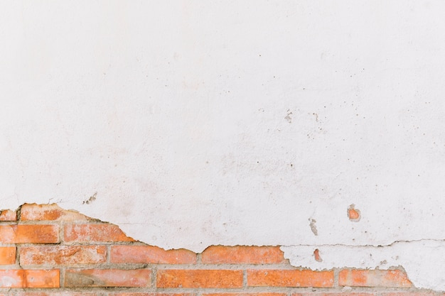 破損した白塗りのレンガの壁