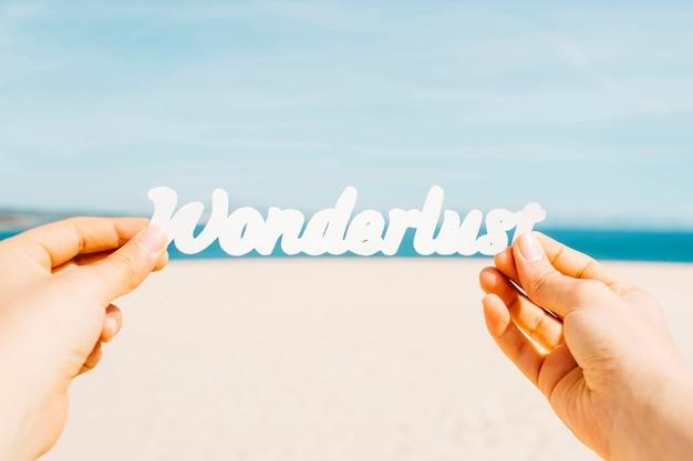 不思議の国の手紙を手に持つビーチのコンセプト