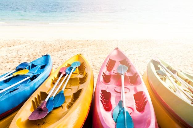 カラフルなカヌーがビーチに並んでいます