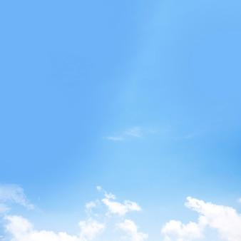 Сценический вид голубого неба с белыми облаками