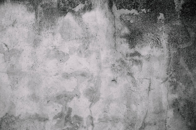 金型で古い汚れた白い壁を崩壊させる